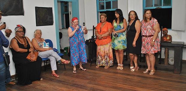 A jornalista Dulce Tupy destacou a equipe de cultura para a secretária de Educação e Cultura, Beth Lugon, sentada ao lado de Maria Prestes (Foto: Agnelo Quintela)