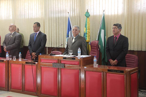 O vereador mais antigo, Romacart, presidiu a Sessão Solene, durante a qual foram empossados os novos vereadores que elegeram a nova Mesa Diretora