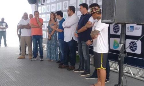 Governo do Estado distribui pranchas de surfe a alunos da rede escolar