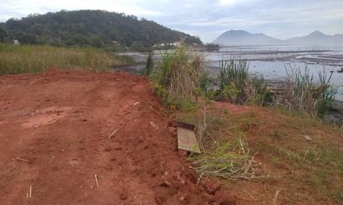 Aterro em área de proteção  permanente em Jaconé
