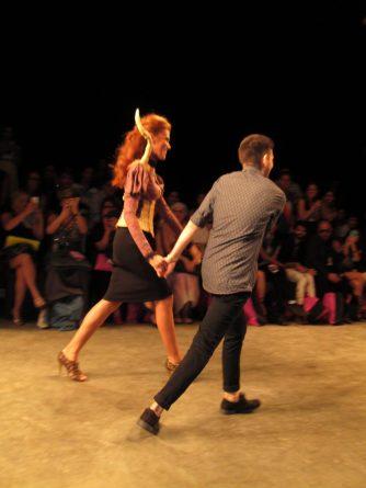 O vencedor do Comunidade: Moda, Hemanuel Oliveira, corre emocionado!