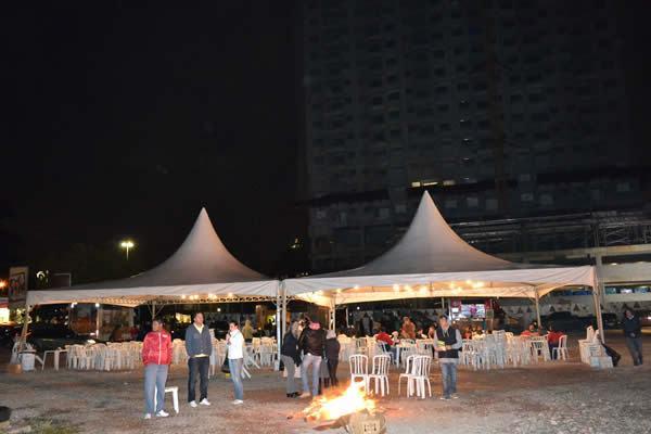 """O Espaço da Praça de Alimentação com a """"Fogueira"""" improvisada. (Foto: Thaís Velloso)"""