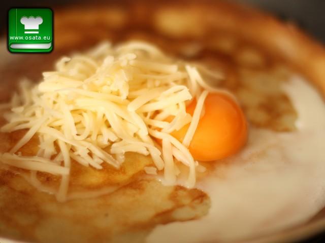 Рецепта за палачинки с рохко яйце и кашкавал - добавяме настъгания кашкавал и яйцето