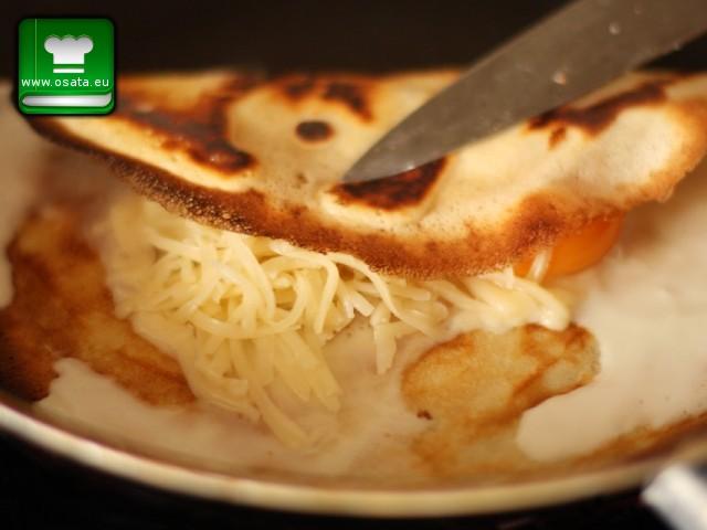 Рецепта за палачинки с рохко яйце и кашкавал - сгъваме палачинката на плик
