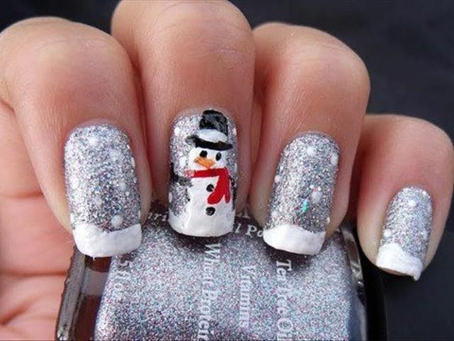 Идеи за Коледа - сребрист маникюр със снежен човек