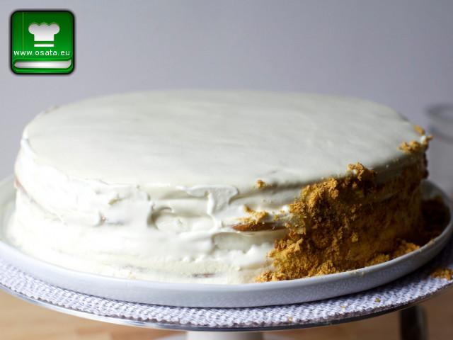 Намазване от страни на френска селска торта с блендираните орехи и изрезки от блатове