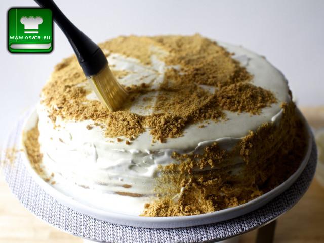 Поръсване на френска селска торта с блендираните орехи и изрезки от блатове
