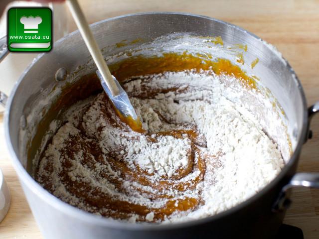 Френска селска торта - добавяме брашното и содата