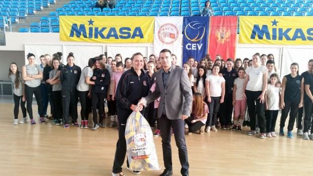 Generalni sekretar OSCG Ivan Bošković uručio lopte kapitenu Gimnazijalca Tamari Pajović