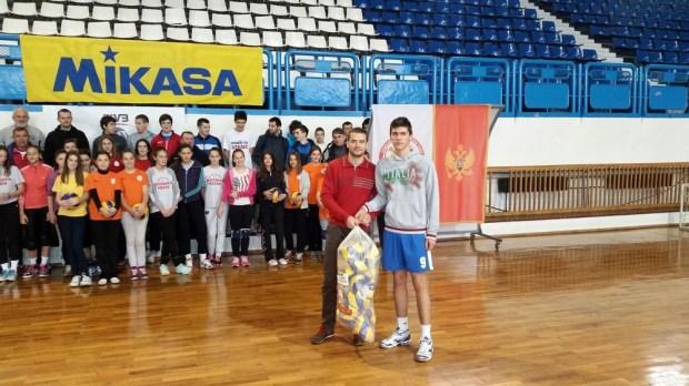 Generalni sekretar OSCG Ivan Bošković uručio lopte kapitenu Sutjeske Vladanu Stojanoviću