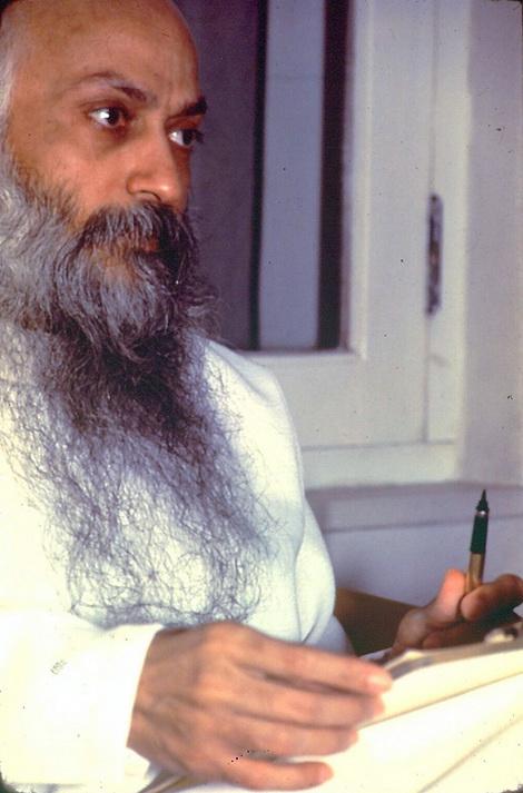 Osho darshan giving sannyas (2)