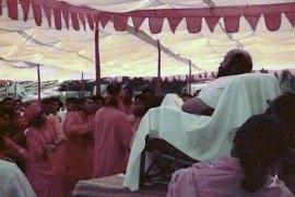 Osho leading a meditation camp