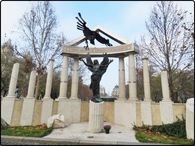 Budapest - Freedom Square monument | בודפשט - האנדרטה בכיכר החרות, אמת או בדיה?