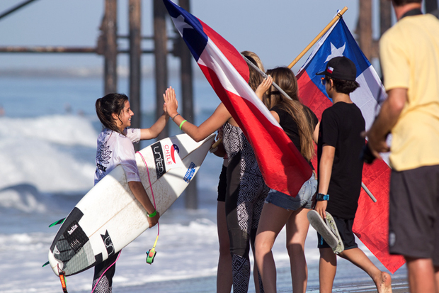Chile's Ignacia Soto is greeted by her teammates with high fives and smiles, despite losing her heat and dropping to Repechage. Photo: ISA/Chris Grant