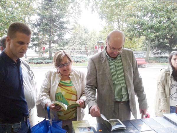 A presidenta da Federación de Librarías de Galicia e o alcalde de Ourense, na inauguración da feira.