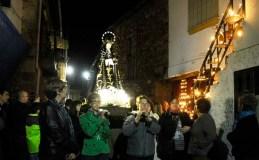 Os caracois acesos iluminan a procesión do Silencio en Petín