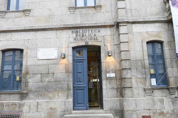 Entrada da Biblioteca Muncipal do Concello de Verín./ Foto: Carlos G. Hervella.