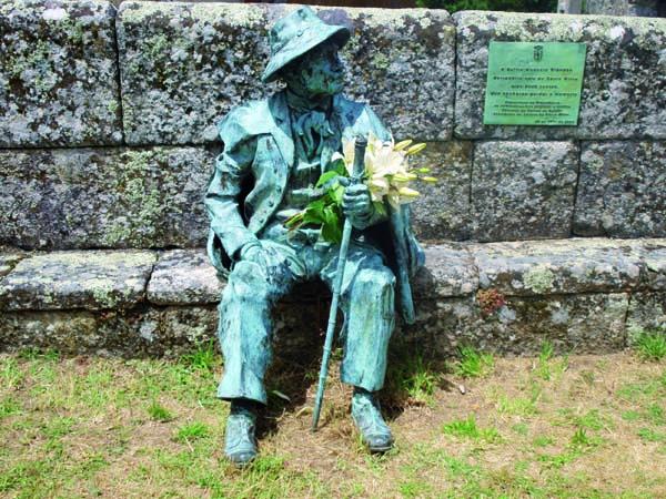 Estatua dedicada a Delfín Modesto Brandón, derradeiro xuíz do Couto Mixto, en Santiago de Rubiás, obra do escultor vigués José Molares (2008)./ Foto: José Rodríguez Cruz.