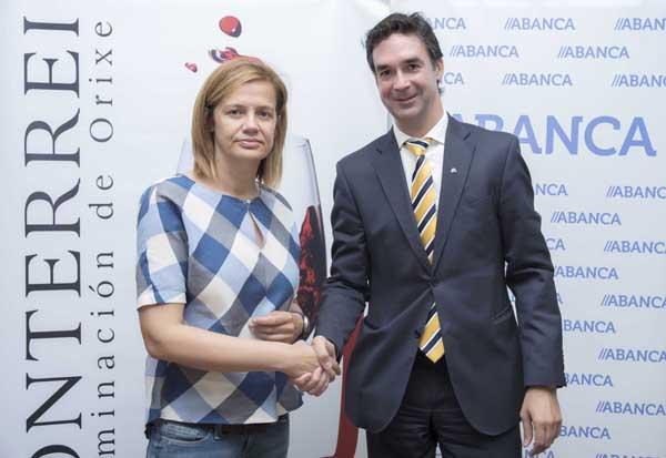 A presidenta do CRDO Monterrei, Asunción Rodríguez, e o director de Banca Agro e Mar de Abanca, Jesús Combarro, tras rubricar o acordo.