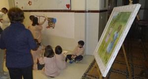 Clase de pintura con Elisa Abalo no colexio Divina Pastora do Barco