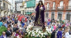 O Cristo percorre as rúas do Barco, precedido por cabezudos e Calantornias