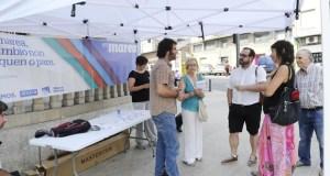 Davide Rodríguez, candidato de En Marea por Ourense, na feira da Rúa