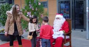 Papá Noel fotografíase cos nenos valdeorreses