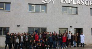 Os alumnos do colexio Maristas de Ourense aprenderon como se fai o plástico dos automóbiles no Polígono de San Cibrao