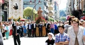 Multitudinaria procesión de Santa Rita polo centro do Barco