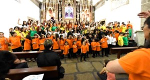 As voces de sete coros infantís e xuvenís envolven a igrexa de Trives
