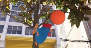 Galiñas azuis, na rúa da Estación da Rúa
