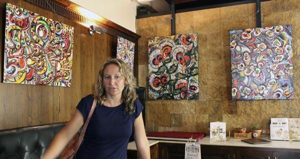Os cadros coloristas e abstractos de Carina, no bar 4 Camiños da Rúa