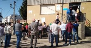 Gandeiros e agricultores do oriente ourensán concéntranse nas oficinas agrarias de Viana e da Gudiña para pedir axudas pola seca