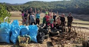 Un grupo de veciños de Viana xúntase para limpar o lixo das beiras do encoro do Bao