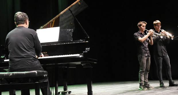 Os alumnos do Conservatorio e da Escola de Música do Barco súbense ao escenario por Santa Icía