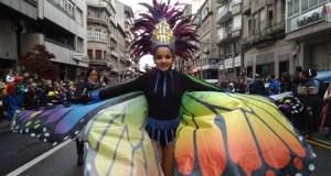Ourense corta as rúas para o seu multitudinario desfile cheo de luz, cor e música