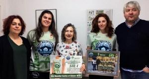 """O CV Ourense entrega á AECC os cartos recadados coa venda da """"camiseta solidaria"""""""