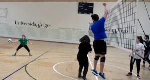 O equipo de Iván, Aitana e Arlet, campións do torneo 3×3 universitario de voleibol mixto, en Ourense