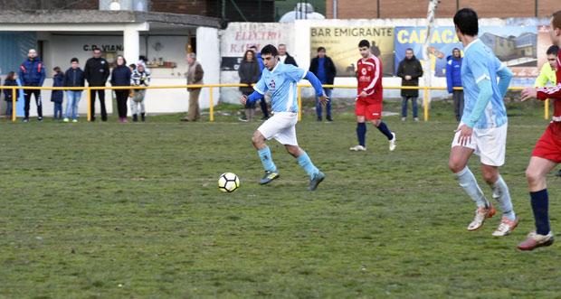 Fría xornada de fútbol no campo vianés das Carrelas