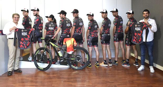Preséntase no Barco o equipo ciclista Tres Lunas D.O. Valdeorras-Vauto