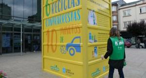 Un contedor amarelo xigante informa no Barco sobre a campaña de reciclaxe dos envases de plástico