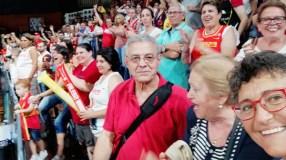A familia valdeorresa de Lucas Mondelo, animando á selección española de baloncesto feminino no partido contra Canadá
