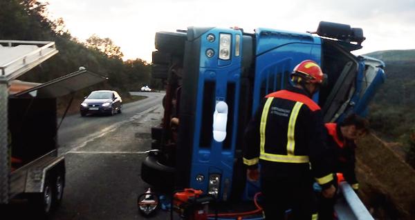 Aparatoso accidente dun camión en Viana do Bolo