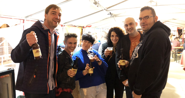 Entre brindes da IPA valdeorresa La Faraona, na 1ª Feira da Cervexa Artesá da Rúa