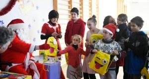 Os nenos de O Bolo reciben a visita e os agasallos de Papá Noel