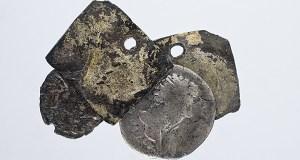"""Un amuleto con moedas do xacemento de Santomé, """"Peza do Mes"""" no Museo Arqueolóxico de Ourense"""