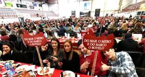 Preto de 1.400 persoas asisten ao xantar do Botelo no pavillón de Calabagueiros, no Barco