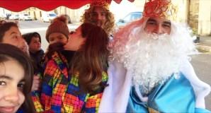 Os Reis Magos percorren as rúas de Rubiá en tren antes da recepción oficial