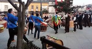 Os Arrieiros e o Folión de Buxán levan o son do Entroido polas rúas de Petín