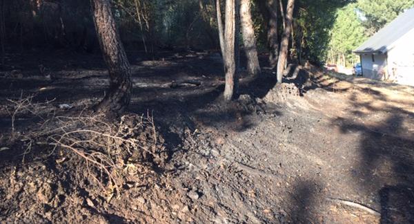 Susto en Veigamuíños (O Barco) ao achegarse un incendio forestal a un chalé